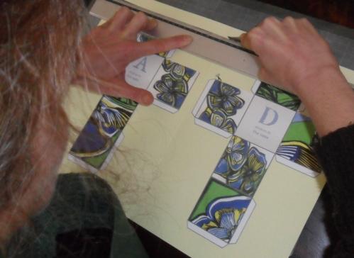 Se cortar os cubos sózinho poderá usar um xacto. Caso contrário haverá sempre o recurso à tesoura.