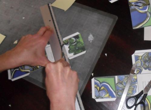 Vincar com um objecto não cortante todas as zonas de dobragem.
