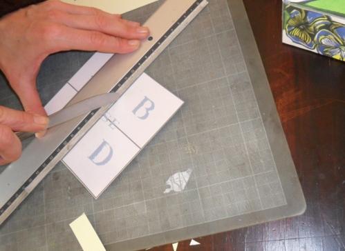 Com um objecto que não corte vincar a base na horizontal e na linha vertical.